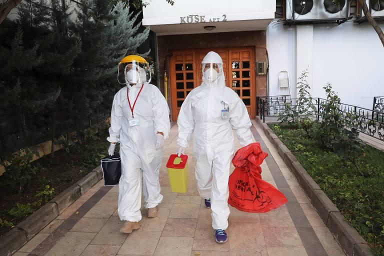 Funcionários do governo turco recolhem amostras para pesquisar a presença de anticorpos na população em Ancara