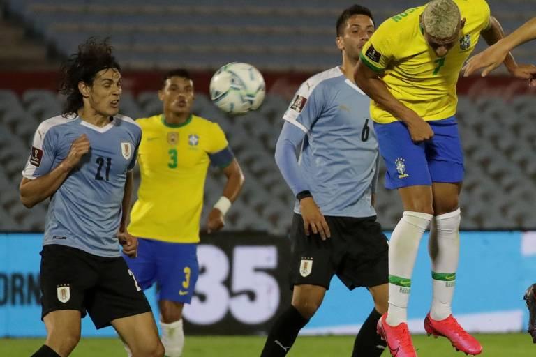 Richarlison cabeceia para marcar o segundo gol do Brasil contra o Uruguai pelas Eliminatórias da Copa do Mundo de 2022