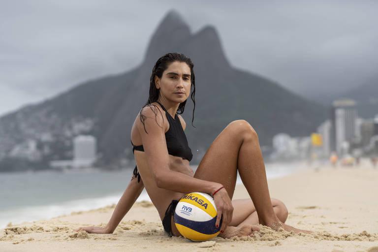 A jogadora de vôlei de praia Carol Solberg na praia de Ipanema, no Rio de Janeiro, onde treina com sua parceira, Talita