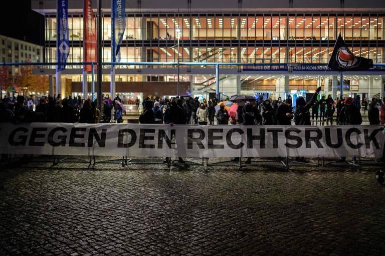 Manifestantes fazem contra-protesto durante ato do movimento anti-imigração Pegida (Europeus Patrióticos contra a Islamização do Ocidente) em Dresden, na Alemanha