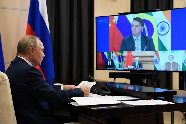 Bolsonaro publica vídeo em que recebe elogios de Putin por 'qualidades masculinas'