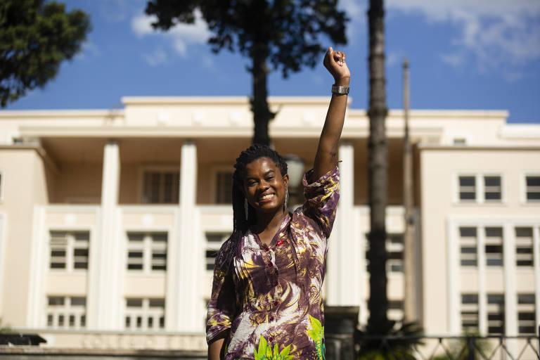 A professora Carol Dartora (PT), primeira mulher negra eleita vereadora em Curitiba