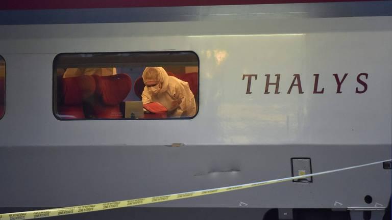 Polícia inspeciona trem onde jovem abriu fogo e foi contido por dois militares americanos em licença