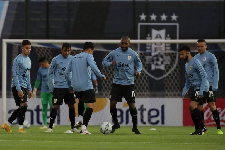 Jogadores do Uruguai no aquecimento para a partida contra o Brasil