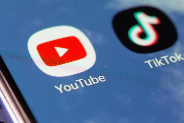 Tela de smartphone com as redes sociais TikTok e Youtube