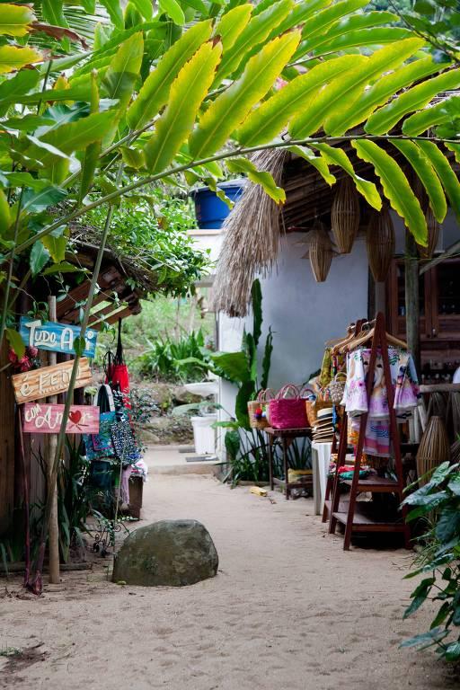 Acima, o Quiosque São Francisco, na Praia Grande, fundado por filha de pescadores na casa da família