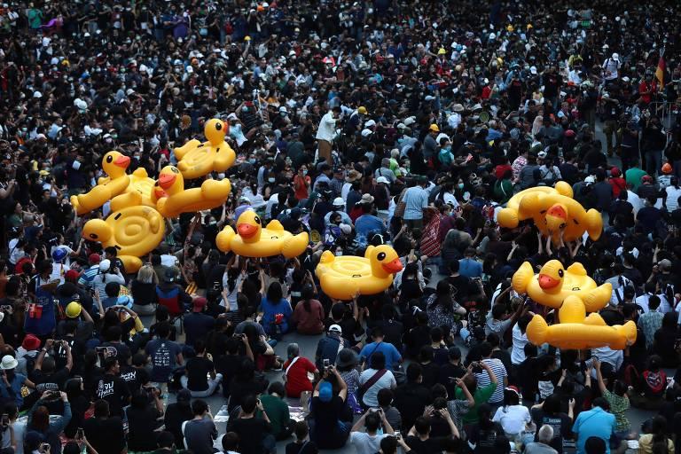 Manifestantes carregam patos infláveis durante protesto pró-democracia em Bancoc