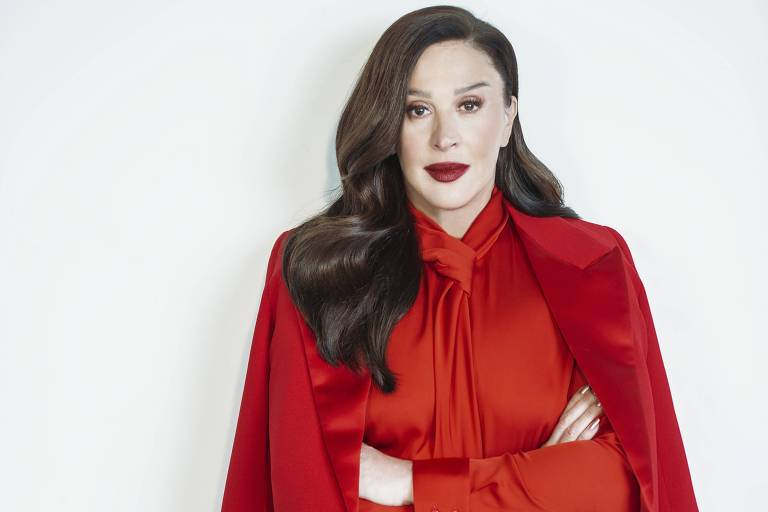 Mulher branca veste roupa vermelha