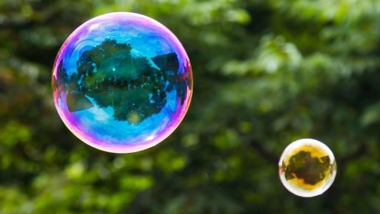 As bolhas de sabão fascinam por sua beleza e peculiaridade