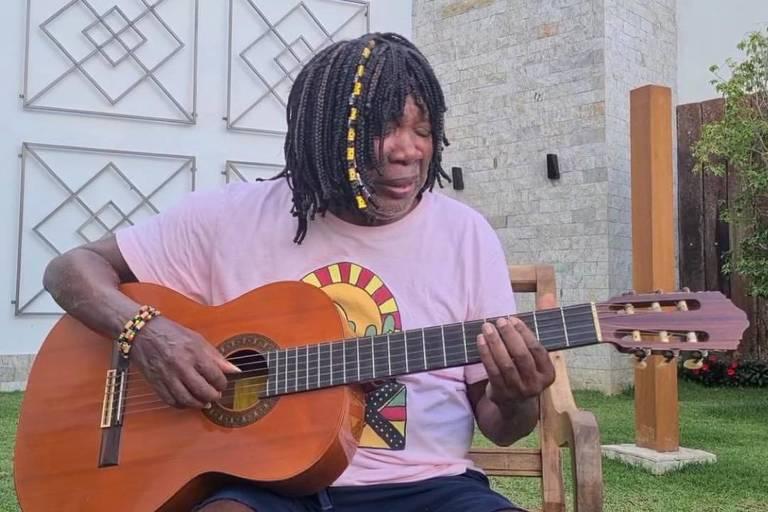 O músico Milton Nascimento toca violão em vídeo postado em sua rede social