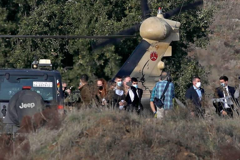 O secretário de Estado dos EUA, Mike Pompeo, ao centro, com máscara estampada, visita as Colinas de Golã