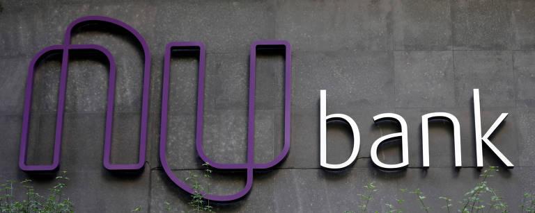 Fachada com o logo em roxo e prateado escrito 'Nubank'