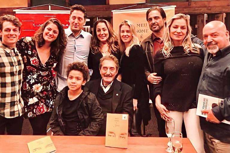 João Orlando Duarte da Cunha (1939-2020), sentado ao centro, e família
