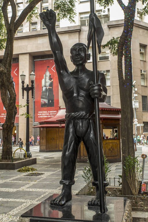 Escultura em homenagem a Zumbi dos Palmares na Praça Antônio Prado