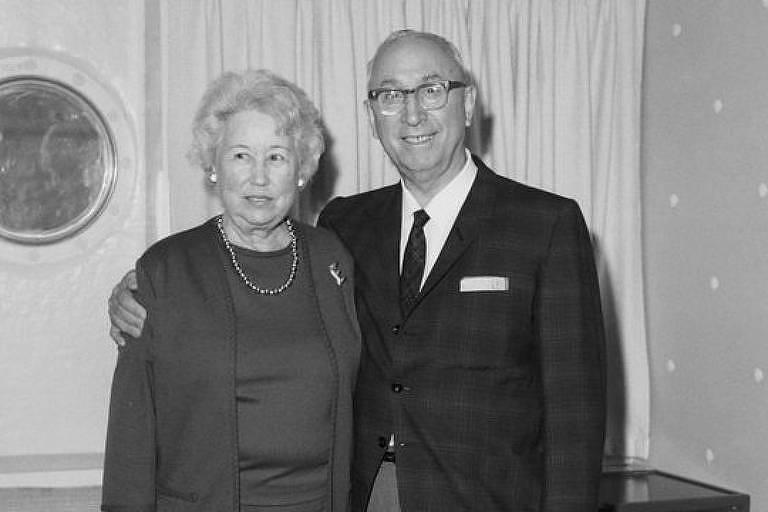 Roy Oliver Disney, fotografado ao lado da esposa Edna Francis, faleceu em dezembro de 1971