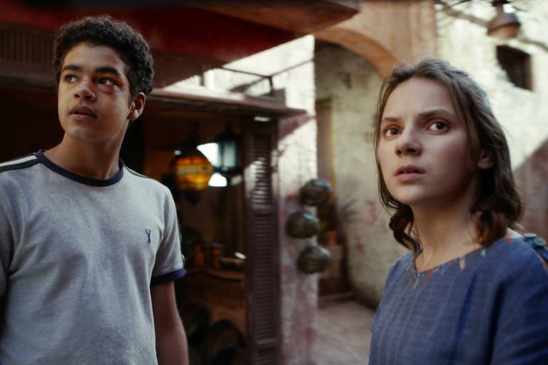 Amir Wilson e Dafne Keen em cena de 'His Dark Materials'