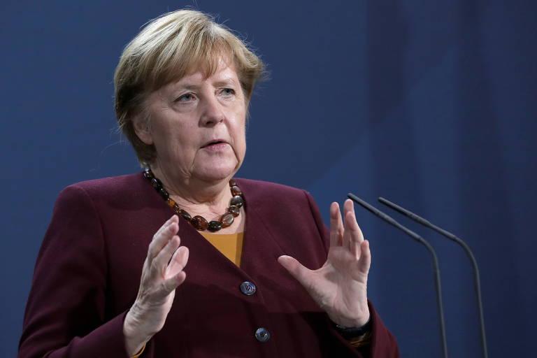 A chanceler alemã, Angela Merkel, durante entrevista coletiva após videoconferência com líderes europeus nesta quinta (19)
