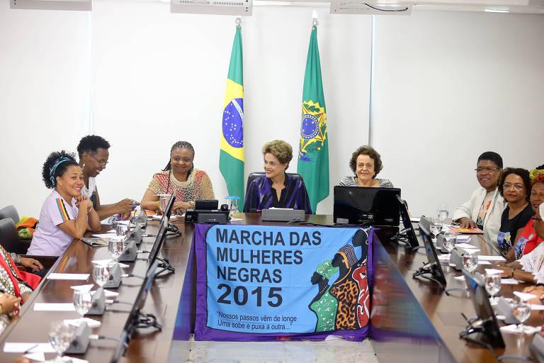 A então presidente Dilma Rousseff recebe as representantes da Marcha das Mulheres Negras