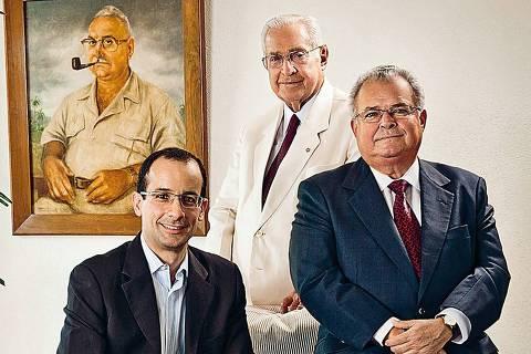 O empresário Marcelo Odebrecht com o pai, Emílio (de terno escuro),e o avô Norberto (ao fundo), na década de 1990 (Foto: Arquivo Pessoal)