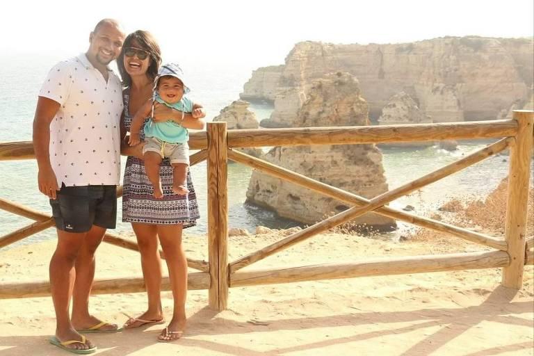 Edgard Marcondes, 32, com a esposa Geisa, 32, e o filho Bento, 2, na Praia da Marinha, no Algarve, em Portugal