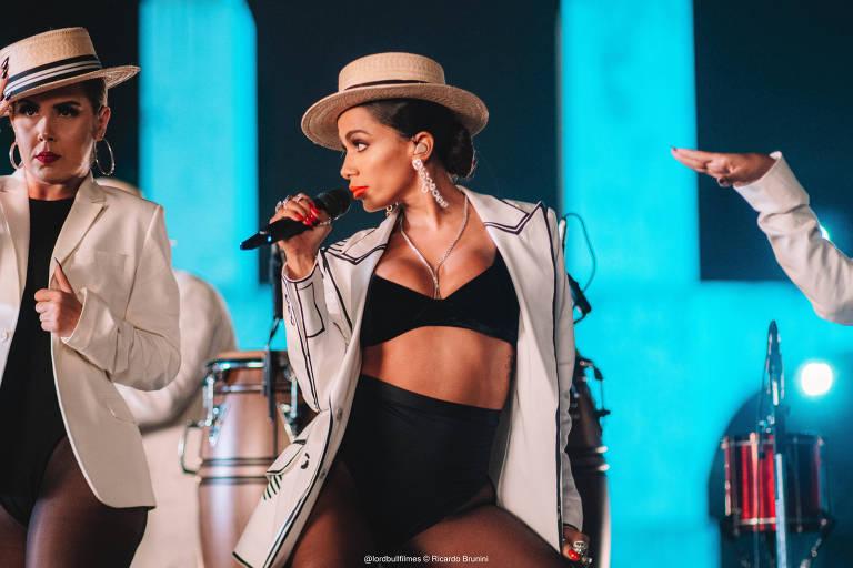 cantora Anitta de branco nos arcos da lapa cantando com dançarinas