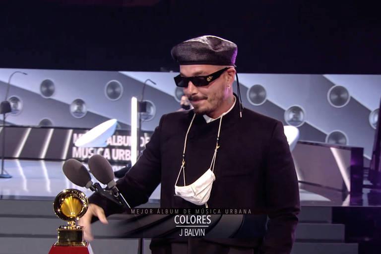 cantor recebendo premio