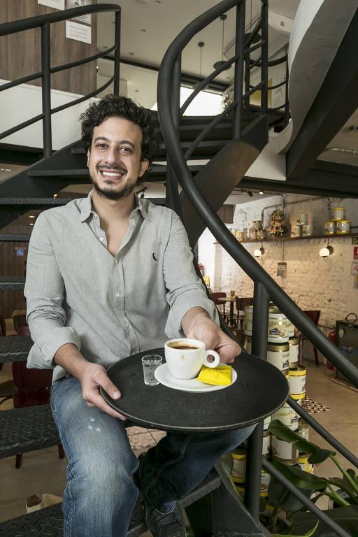 O empresário Paulo Zona, dono de franquia da Havanna da praça Vilaboim, em Higienópolis (região central); na semana da Black Friday, quem chegar à loja de manhã cedinho vai tomar café expresso de graça; a estratégia tem como objetivo recuperar o fluxo de clientes dentro das lojas e conquistar novos fregueses
