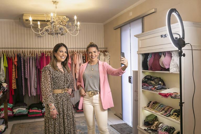 Meg Hernandes e sua filha Bianca anunciam promoções da Meg Hernandes Store, em Guarulhos, para seguidores nas redes sociais