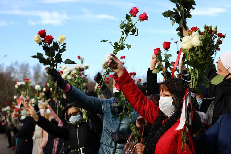 Multidão protesta com flores em funeral de manifestante morto na Belarus