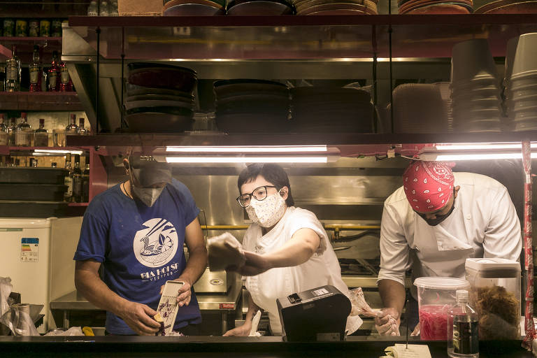 Danielle Borges (no centro), proprietária do restaurante vietnamita Bia Hoi, na República (região central de SP), ofereceu várias opções de vouchers no começo da pandemia como forma de pagar os salários dos funcionários