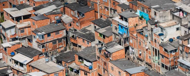 Favela vista do alto, com casas sem reboco