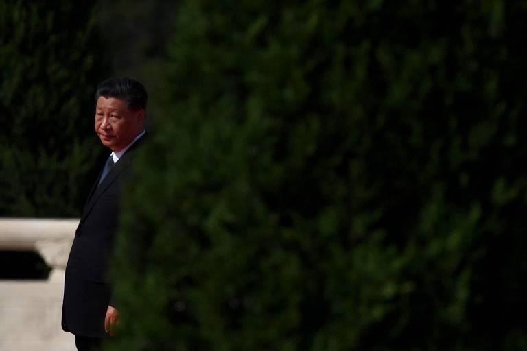 O líder da China, Xi Jinping, durante cerimônia em homenagem a heróis nacionais na Praça da Paz Celestial, em Pequim
