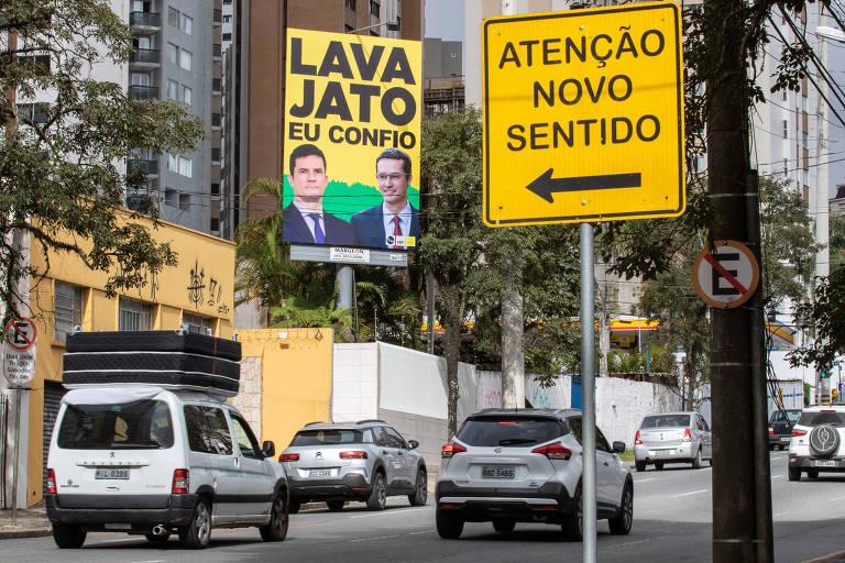 Outdoor com as fotos de Sergio Moro e Deltan Dallagnol em Curitiba (PR),assinado pelo movimento Vem Pra Rua em apoio à Lava Jato
