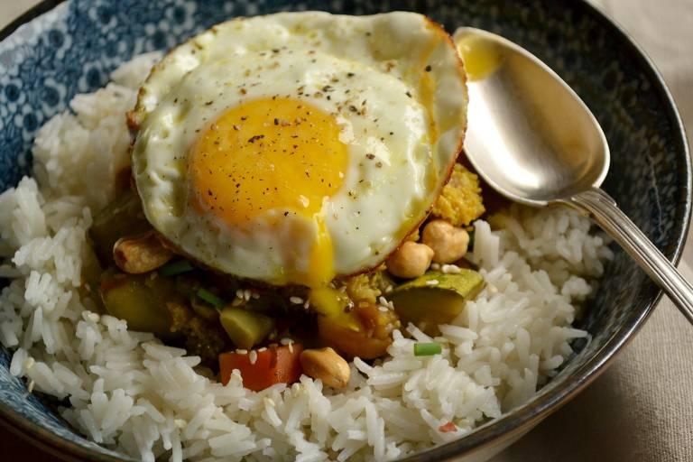 Aprenda a fazer arroz ao leite de coco, legumes e ovo frito