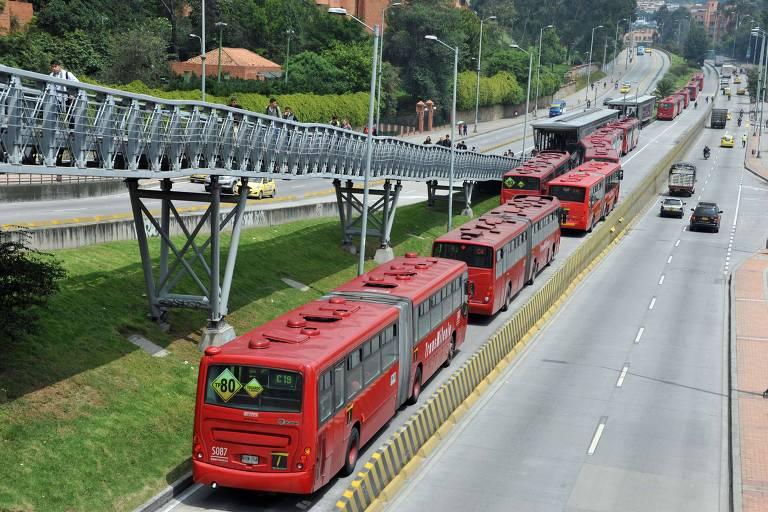 Chile e Colômbia fatiam contratos para reduzir monopólios e melhorar serviço de ônibus