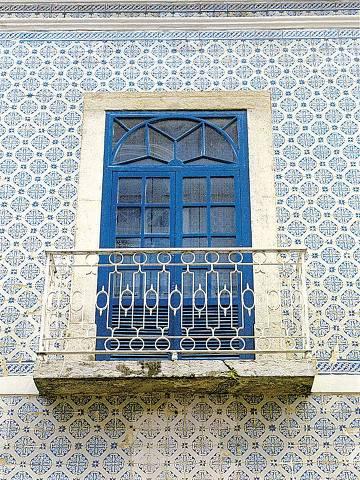 ORG XMIT: 594601_0.tif Fachadas em São Luís e Alcântara: janela e azulejos típicos da arquitetura colonial brasileira em casarão de São Luís. (São Luís (MA), 06.07.2001, foto de Greg Salibian/Folhapress, 07945.01)