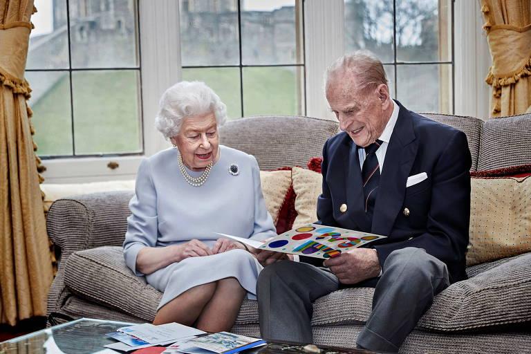 Rainha britânica Elizabeth e seu marido, príncipe Philip, em retrato oficial de comemoração do 73º aniversário de casamento