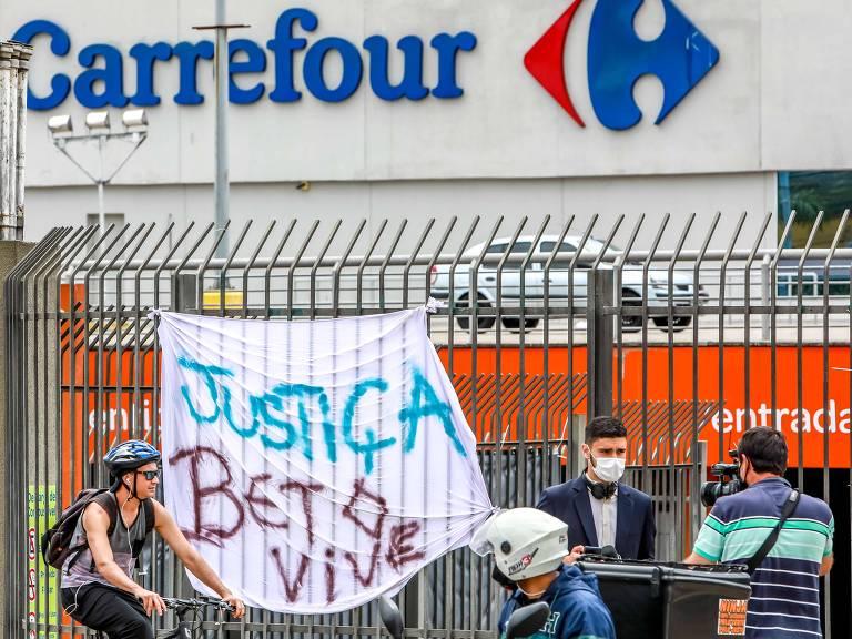"""Cartaz diz """"Justiça, Beto vive"""" em frente ao Carrefour de Porto Alegre onde Beto Freitas foi assassinado"""