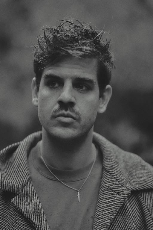 Rosto de homem em foto preto e branco