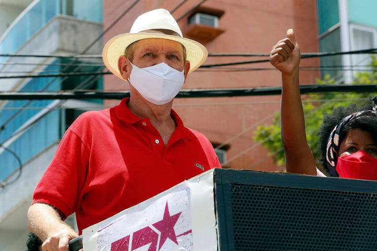 O petista João Coser durante carreata por Vitória (ES)