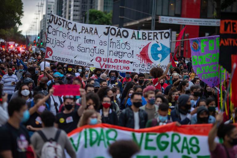 Aglomerado de manifestantes com faixas