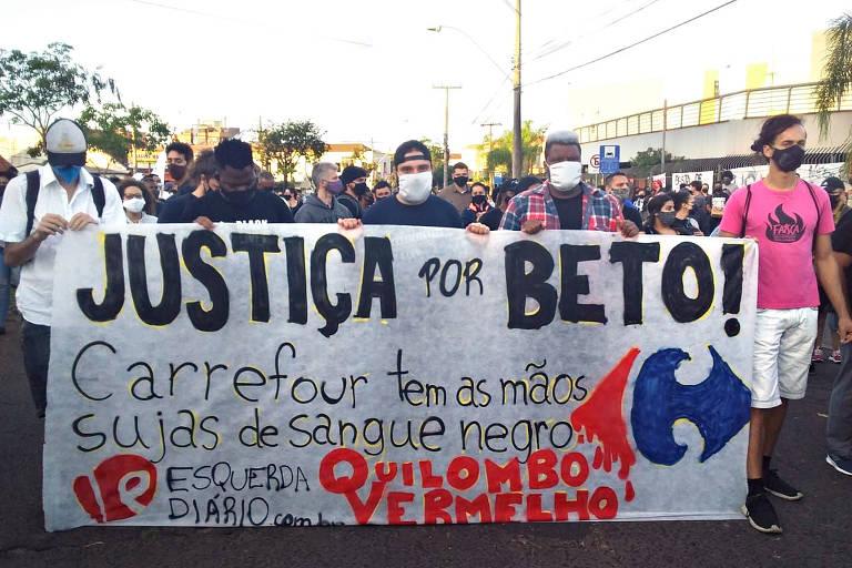 """Manifestantes com faixa branca e grande pede """"Justiça por Beto"""""""
