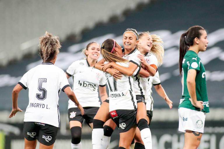 Jogadoras do Corinthians comemoram gol em vitória sobre o Palmeiras pela semifinal do Campeonato Brasileiro
