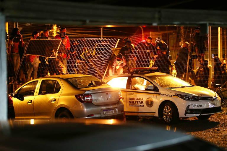Manifestantes empurram cerca de arame durante protesto por causa da morte de Beto Freitas, homem negro que foi espancado por seguranças em uma loja do Carrefour, em Porto Alegre