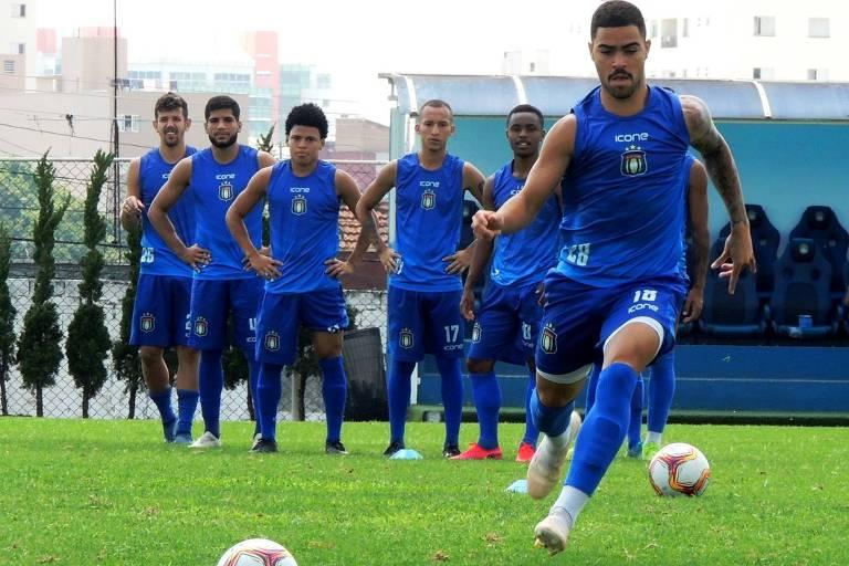 Jogadores do São Caetano em treino de preparação para a Série D