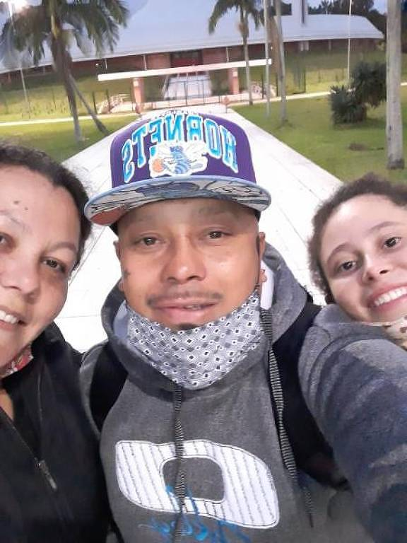 João Alberto Silveira Freitas (centro), de 40 anos que foi espancado até a morte por seguranças de um Carrefour