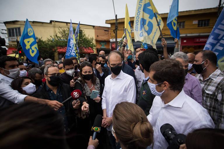 O prefeito Bruno Covas (PSDB) durante entrevista em meio a apoiadores na zona sul de São Paulo