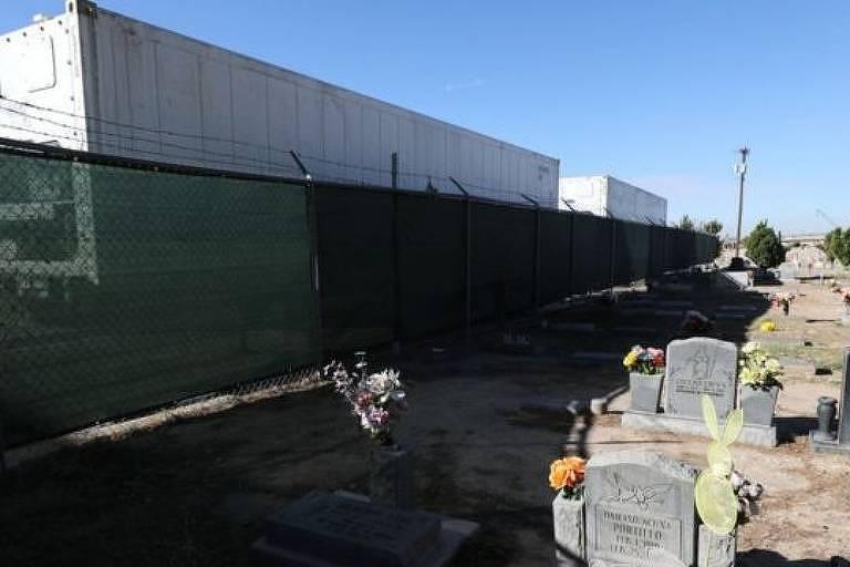 Cemitério próximo ao escritório do legista de El Paso, onde necrotérios móveis estão instalados