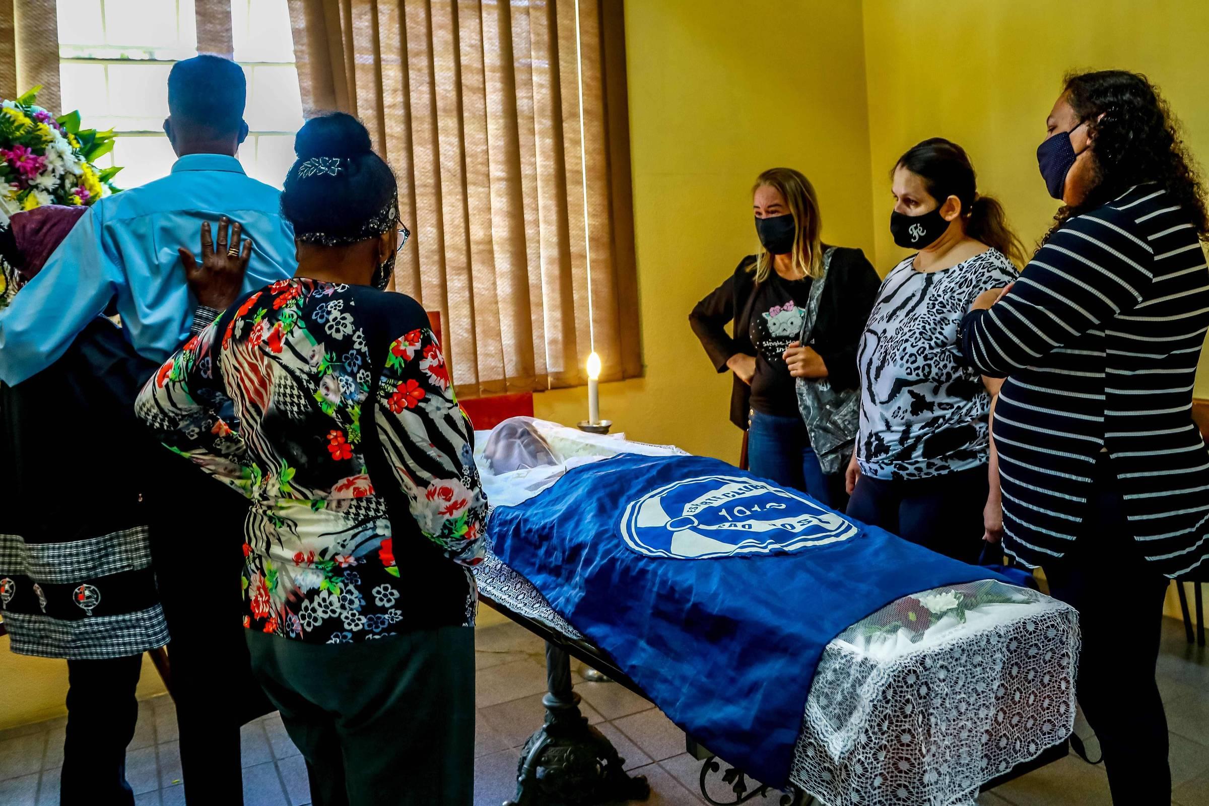 Corpo de Beto Freitas é sepultado no RS com a aliança do casamento que estava  marcado para dezembro - 21/11/2020 - Cotidiano - Folha
