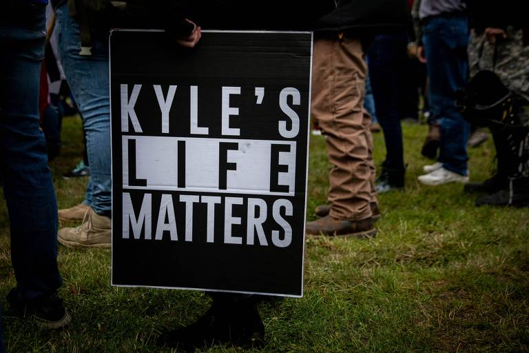 """Membro do grupo de extrema-direita Proud Boys segura cartaz em que se lê """"a vida de Kyle importa"""" durante ato em apoio ao adolescente na cidada de Portland, em Oregon"""
